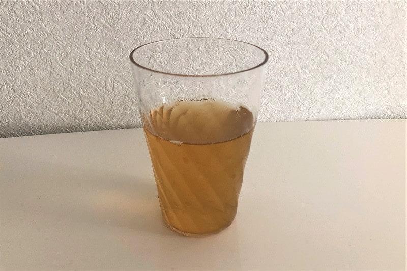 コップにいれた伊右衛門贅沢冷茶