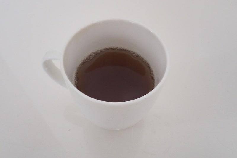 マグカップにいれた十六茶麦茶カフェインゼロ