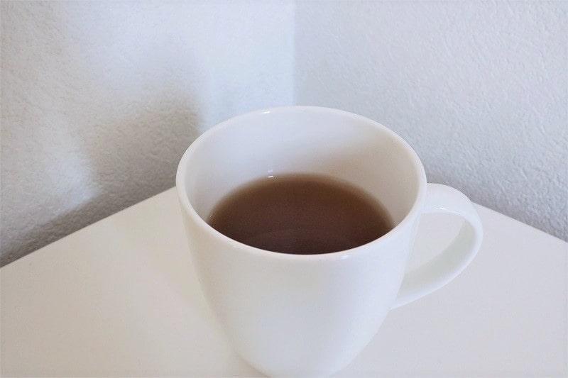 マグカップにいれた伊右衛門焙じ茶