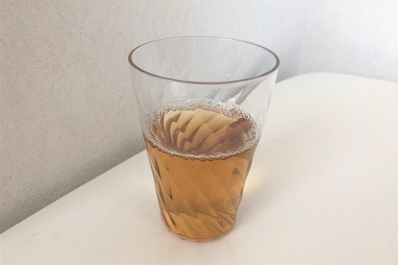 コップに入れた伊藤園 健康焙煎そば茶