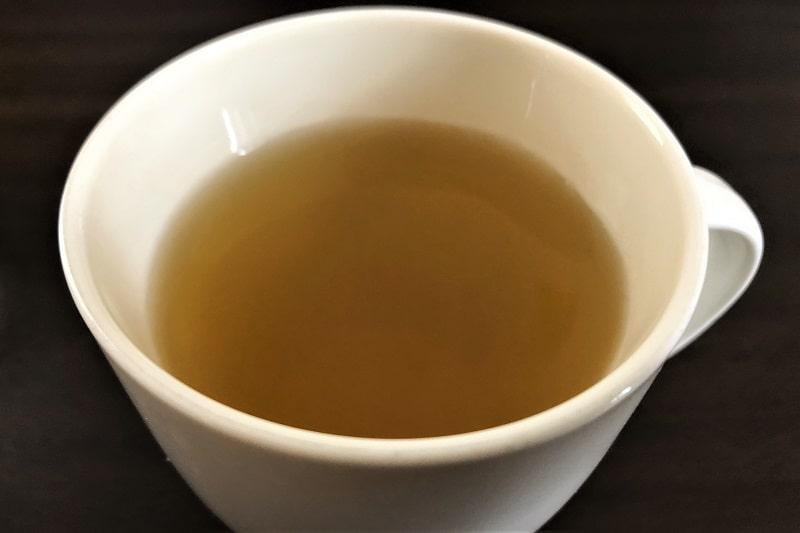 コップにいれたお~いお茶炒りたて玄米茶