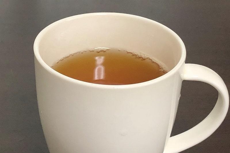 カップにいれた伊藤園お~いお茶ほうじ茶