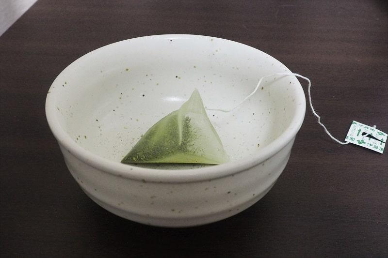 個包装を開封したお~いお茶プレミアムティーバッグ緑茶