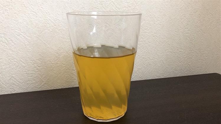 コップにいれた綾鷹茶葉のあまみ